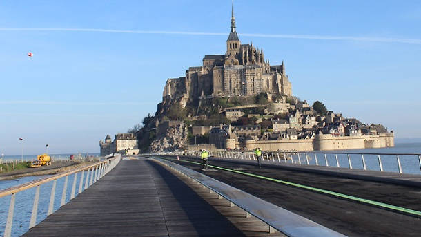 Neue Brücke führt zum weltbekannten Klosterfelsen. Eine neue Brücke führt zu Mont-Saint-Michel. (Quelle: Mathias Neveling/Feichtinger Architectes)