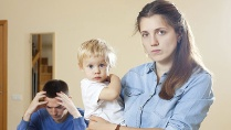 Maternal Gatekeeping: Nicht jede Frau freut sich über die Unterstützung des Partners bei der Kindererziehung. (Quelle: Thinkstock by Getty-Images)