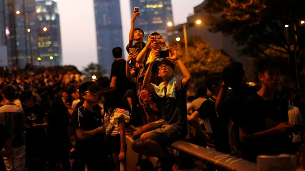 Hongkong: Hacker aus China attackieren Smartphones von Demonstranten. Fotografierende Demonstranten in Hongkong am Montag . (Quelle: Reuters)