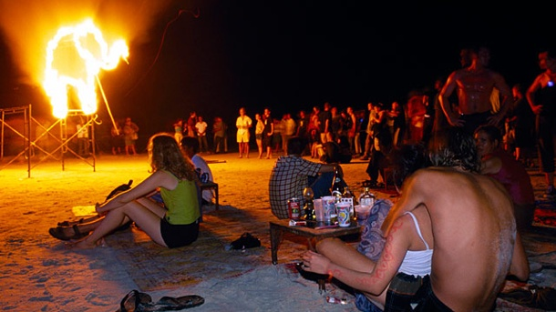 Überwachung in Thailand: Polizei greift bei Full Moon Partys ein. Die Full Moon Party steigt jeden Vollmond am Strand von Koh Phangan, Thailand. (Quelle: Picture Alliance / Arco Images)