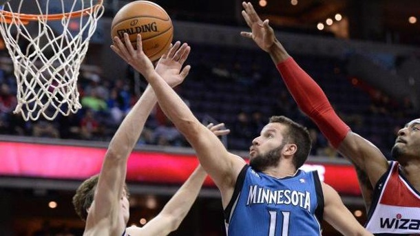 Dallas Mavericks holen J.J. Barea zurück. J.