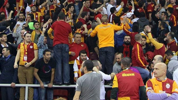 Basketball-Euroleague: Serbischer Fan stirbt bei Spiel in Istanbul. Fans von Galatasaray Istanbul während der Euroleague-Partie. (Quelle: imago/Seskim Photos)