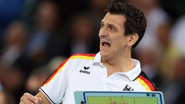 Giovanni Guidetti nicht mehr Volleyball-Nationaltrainer der Frauen. Deutschlands Damen-Volleyball-Bundestrainer Giovanni Giudetti bei der EM 2013. (Quelle: dpa)
