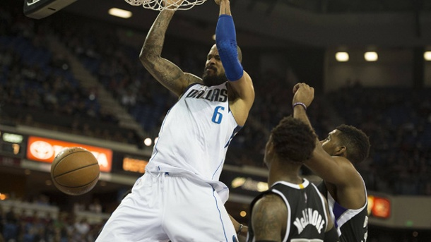 Dallas Mavericks siegen ohne geschonten Dirk Nowitzki gegen die Kings. Mavs-Center Tyson Chandler schließt per Slam Dunk ab. (Quelle: imago/ZUMA Press)