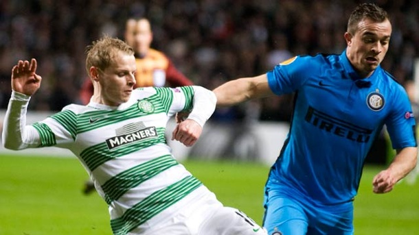 Europa League: Inter Mailand kassiert mit Remis bei Celtic Glasgow. Celtic-Spieler Gary Macka-Steven (li.) im Zweikampf mit Inter Mailands Offensivspieler Xherdan Shaqiri. (Quelle: AP/dpa)