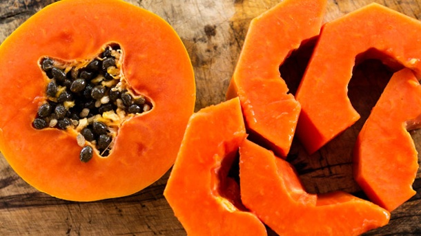 Papaya essen: Zubereitung der exotischen Frucht. Die wenigsten wissen, dass man die kleinen Kerne der Papaya mitessen kann. (Quelle: Thinkstock by Getty-Images)