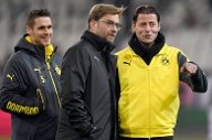 Trotz des personellen Umbaus ist die Stimmung beim BVB vor dem Anpfiff gut: Sebastian Kehl, Trainer Jürgen Klopp und Torwart Roman Weidenfeller (v.li.) begutachten mit einem Lächeln den Platz. (Quelle: dpa)