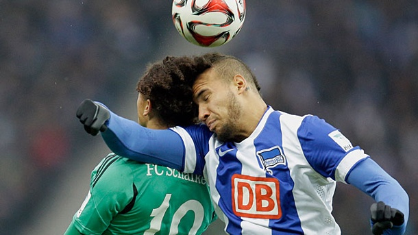 . Berlins John Anthony Brooks (re.) im Kopfballduell mit Schalkes Leroy Sane. (Quelle: AP/dpa)
