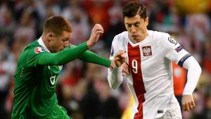 Polens Robert Lewandowski (re.) im Zweikampf mit Irlands James McCarthy.