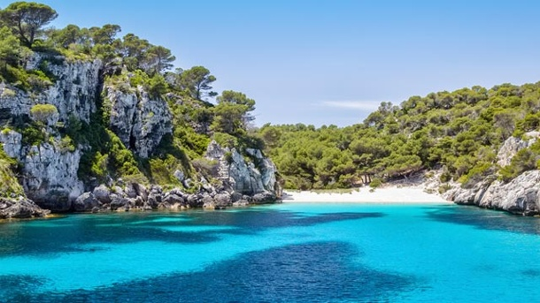 Menorca: Einsame Buchten und viel Natur. Kleine Buchten wie die Cala Macarelleta tragen zum Reiz Menorcas bei. (Quelle: Thinkstock by Getty-Images)