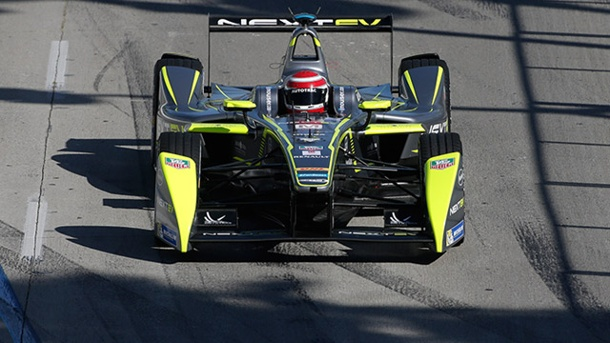 . Nelson Piquet junior hat in Long Beach hauchdünn die Nase vorn. (Quelle: AP/dpa)