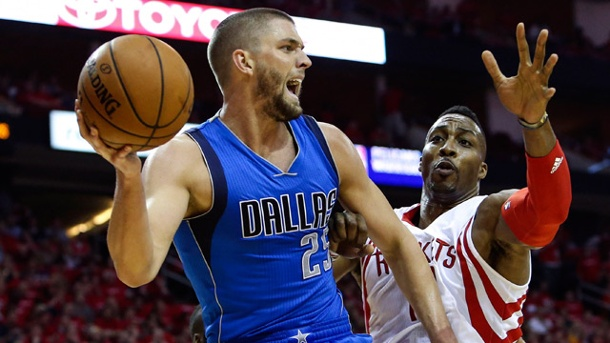 NBA-Playoffs: Dallas Mavericks ohne Chandler Parsons und Rajon Rondo. Mavericks-Center Chandler Parsons (li.) im Duell mit Houstons Dwight Howard. (Quelle: Reuters)