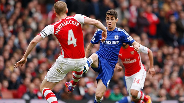 Premier League: Pleite für Manchester United. Arsenals Per Mertesacker (li.) beim Duell mit Chelseas Oscar. (Quelle: Reuters)