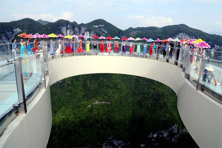 Ende April wurde in China eine weitere Touristenattraktion eingeweiht - dieser spektakuläre Skywalk im Yunyang Longgang National-Geopark (Südwestchina). (Quelle: dpa/Picture Alliance)