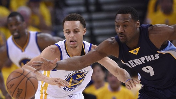 NBA-Playoffs 2015: Golden State Warriors besiegen Grizzlies. Stephen Curry (l) schnappt sich den Ball von Tony Allen.