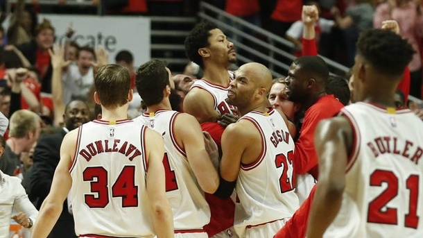 Basketball: Chicago und LA Clippers im NBA-Viertelfinale in Führung. Derrick Rose (M.