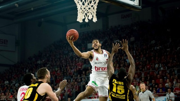 Basketball: Bamberg, ALBA und Bayern legen in Playoffs vor. Der Bamberger Ryan Thompson (M.