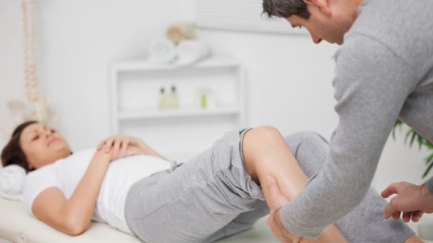 Welche Therapien helfen gegen Lumboischialgie?. Massage ist eine der vielen Therapiemethoden bei Lumboischialgie, die auch starke Schmerzen lindern kann. (Quelle: Thinkstock by Getty-Images)