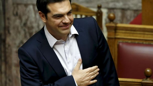 Greek PM Tsipras acknowledges applause by his party's lawmakers during a parliamentary session in Athens (Quelle: Reuters)