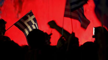 'No' supporters wave Greek national flags on the main Constitution (Syntagma) square in Athens, Greece (Quelle: Reuters)