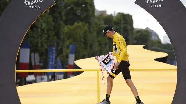Internationale Pressestimmen zur Tour de France 2015. 2015 steht Christopher Froome als Sieger der Tour de France auf der Avenues Champs-Elysees in Paris auf dem Podest.