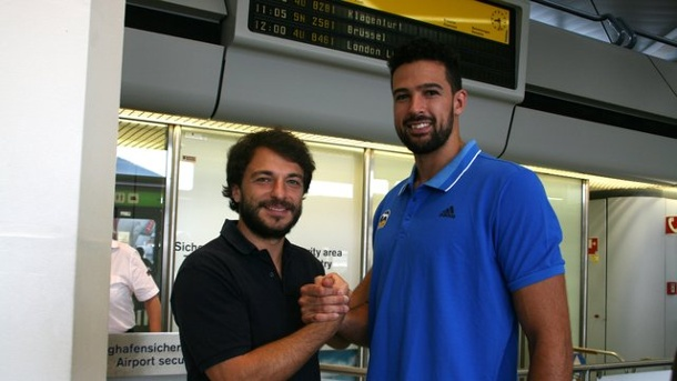 Basketball: ALBA Berlin verpflichtet Center Watt. ALBA-Sportdirektor Mithat Demirel (l) empfing den neuen Center Mitchell Watt am Flughafen.