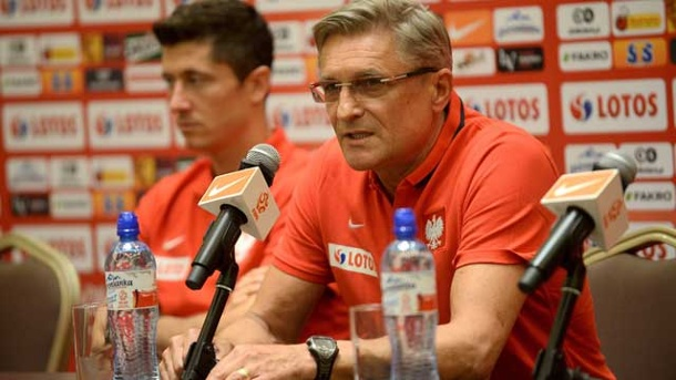 "EM Quali 2016: Polen optimistisch: ""Wir fürchten uns nicht"". Polens Nationaltrainer Adam Nawalka (re.) und Stürmer Robert Lewandowski. (Quelle: dpa)"