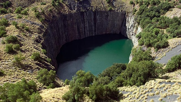 "The Big Hole – ein faszinierendes Phänomen. Das ist das ""Big Hole"" in Südafrika. (Quelle: South African Tourism)"