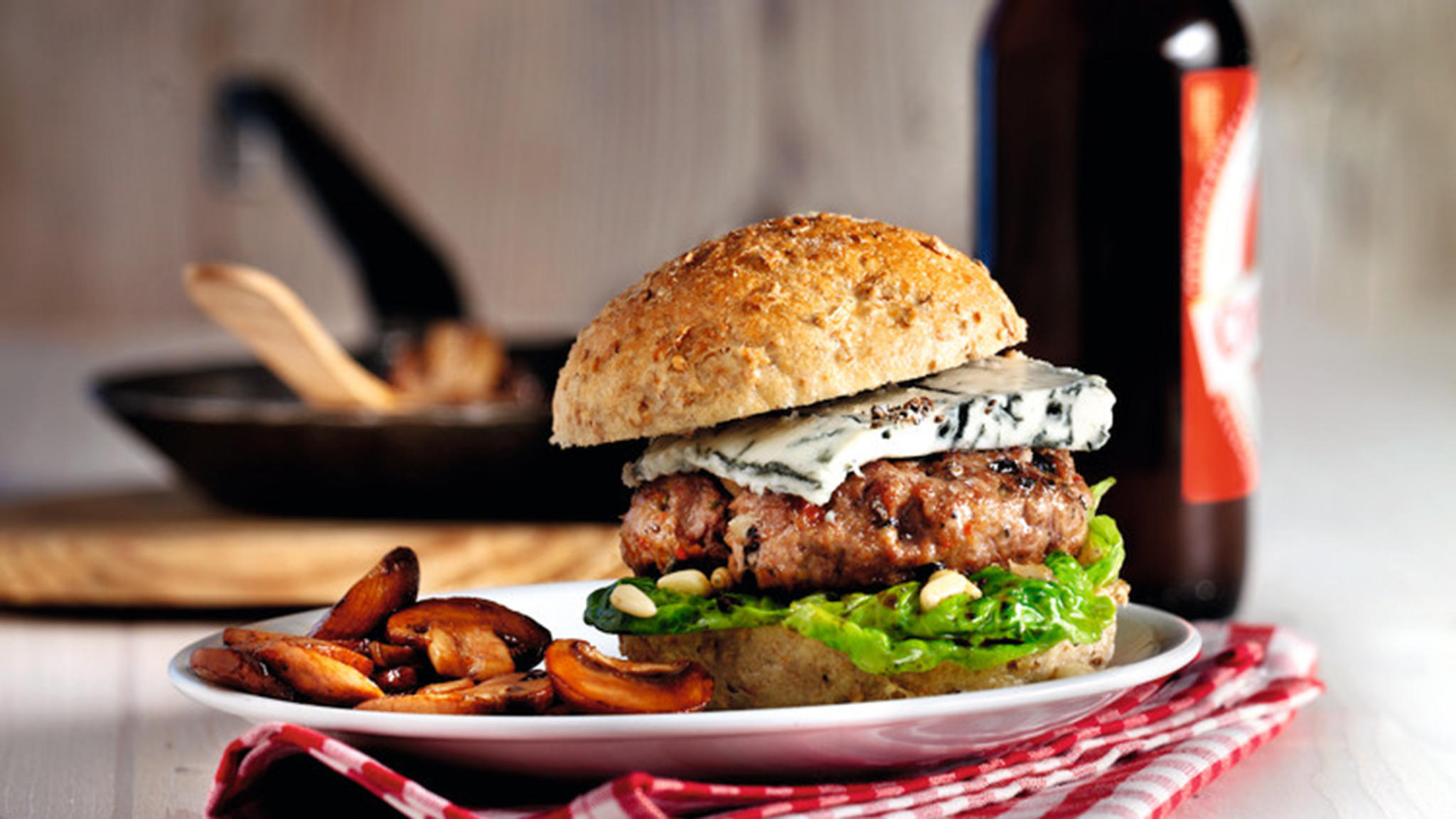 Buffalo-Ranch-Burger mit Marsala-Champignons (Quelle: TLC Fotostudio)