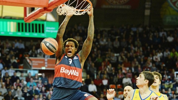 Basketball: FC Bayern feiert Euroleague-Sieg - Coup gegen Moskau. Power Forward Deon Thompson stopft den Ball in den Korb.