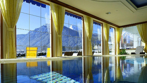 "Holidaycheck: Die Top-10-Wellnesshotels in Deutschland. Der Pool mit Bergblick gehört zur Ausstattung des ""Wellnesshotels Zechmeisterlehen"". (Quelle: Christian und Kathrin provided by Holidaycheck)"