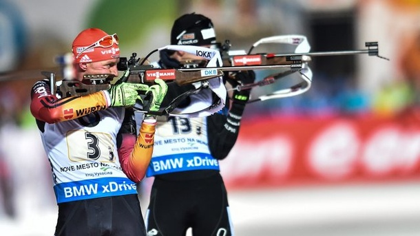 Biathlon heute: Das ist die Single Mixed-Staffel. Beim Single-Mixed wird sowohl stehend als auch im liegend Anschlag geschossen.