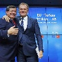 Turkish Prime Minister Ahmet Davutoglu and European Council President Donald Tusk greet each other after a news conference following a EU-Turkey summit in Brussels (Quelle: Reuters)