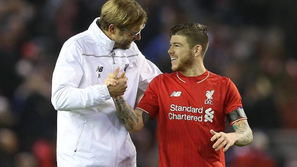 "Jürgen Klopp absolviert in Liverpool ""langweiliges Training"". Shake Hands: Liverpools Alberto Moreno (rechts) kritisiert und lobt Trainer Jürgen Klopp (links) zugleich. (Quelle: imago/BPI)"