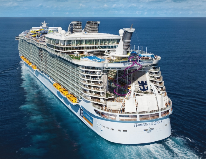 "Die Zwillings-Rutsche ""The Ultimate Abyss"" am Heck des Schiffs. (Quelle: Royal Caribbean International)"