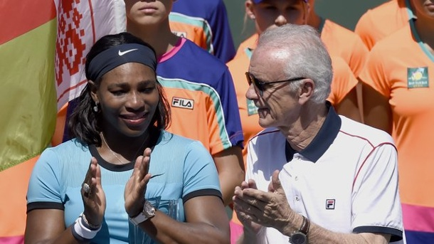 Tennis: Macho-Attacke von Direktor trübt Finaltag in Indian Wells. Serena Williams bei der Siegerehrung mit Turnierchef Raymond Moore.