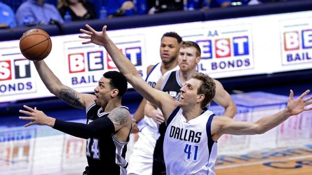 Basketball - NBA: Nowitzki mit Mavs in Playoffs gegen Oklahoma City. Dirk Nowitzki (r) und Co.