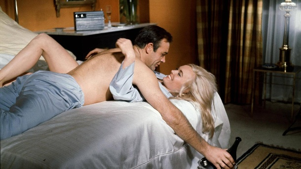 "Sean Connery alias James Bond und Shirley Eaton in Hamiltons Klassiker ""Goldfinger"". (Quelle: imago/AD)"