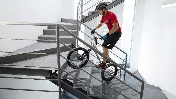 MEXICAN DAVID GARCIA BREAKS RECORD FOR BIKING UPSTAIRS (Quelle: dpa)