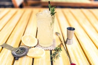 Ein echter Klassiker: Gin Tonic mit Zitrone, Rosmarin und Eis. (Quelle: Thinkstock by Getty-Images)