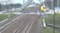 LKW reißt Stromleitung an Bahnübergang herunter. (Screenshot: Bit Projects)