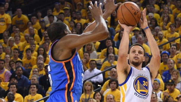 Stephen Curry führt Golden State Warriors in die NBA-Finals 2016. Superstars im Duell: Warriors-Spielmacher Stephen Curry (re.) und Oklahomas Kevin Durant. (Quelle: Reuters)