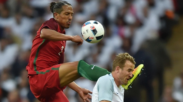 EM-Testspiel: Horror-Foul von Portugals Bruno Alves gegen England. Portugals Bruno Alves (li.) springt mit gestrecktem Bein in Englands Top-Stürmer Harry Kane. (Quelle: Reuters)