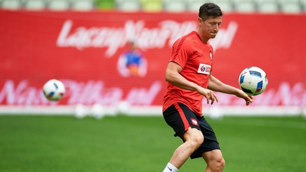 EM 2016: Robert Lewandowski will Tests der Polen nicht überbewerten. Polens Star Robert Lewandowski beim Training.