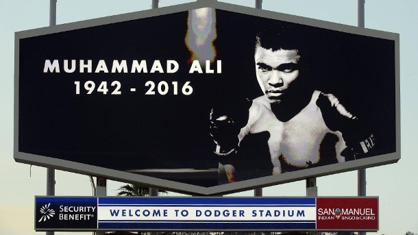 US-Metropole New York benennt Straße nach Boxlegende Muhammad Ali. June 4 2016 Los Angeles California U S A moment of silence for Muhammad Ali prior to a Major (Quelle: imago/ZUMA press)