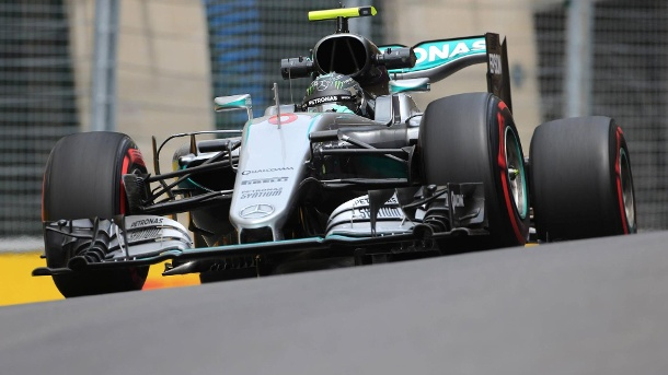 Formel 1 Baku: Nico Rosberg rast im Qualifying auf Pole Position. Niko Rosberg in seinem Mercedes in Baku. (Quelle: imago/Crash Media Group)