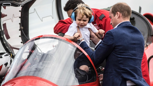 "Prinz George mit Papa Prinz William bei der Flugschau Royal International Air Tattoo.Prinz George mit Papa Prinz William bei der Flugschau ""Royal International Air Tattoo"". (Quelle: AP/dpa)"