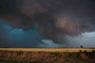 Large clouds are seen as a tornado passes south of El Reno, Oklahoma (Quelle: Reuters/Bill Waugh)