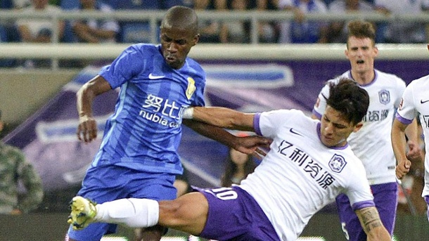 Super League: So funktioniert Chinas Milliarden-Liga. Ausländische Stars im Duell: Fredy Montero von Tianjin Teda (re.) stoppt Ex-Chelsea-Star Ramires von Jiangsu Suning. (Quelle: imago/China Press Foto)