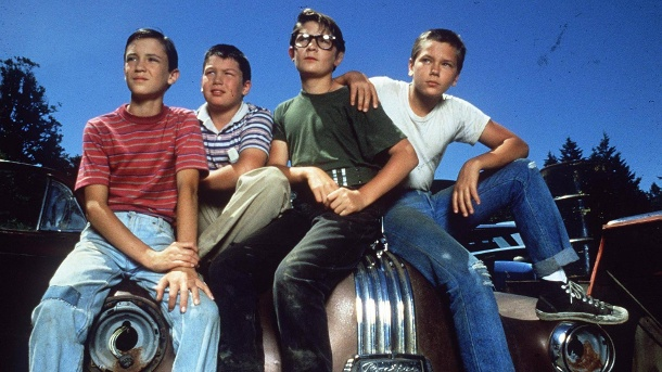 "Das ist aus den ""Stand By Me""-Jungs geworden. Vier Jungs erleben in ""Stand By Me"" ein großes Abenteuer (l-r): Gordie (Wil Wheaton, Vern (Jerry O'Connell), Teddy (Corey Feldman) und Chris (River Phoenix). (Quelle: imago/ZUMA Press)"